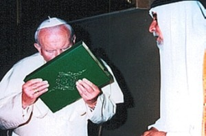 Papa bacia Corano